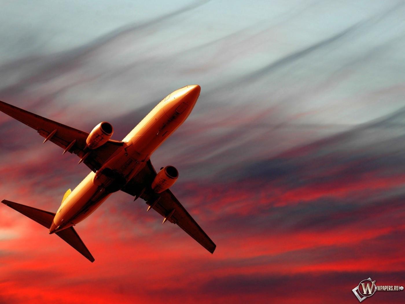 Полет самолета на закате 1400x1050