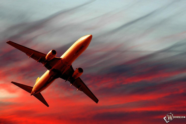 Полет самолета на закате 1500x1000