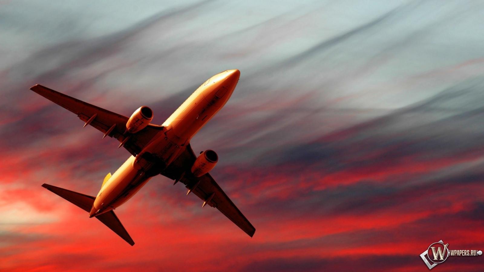 Полет самолета на закате 1600x900
