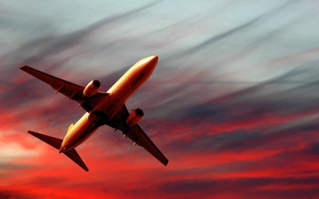 Полет самолета на закате