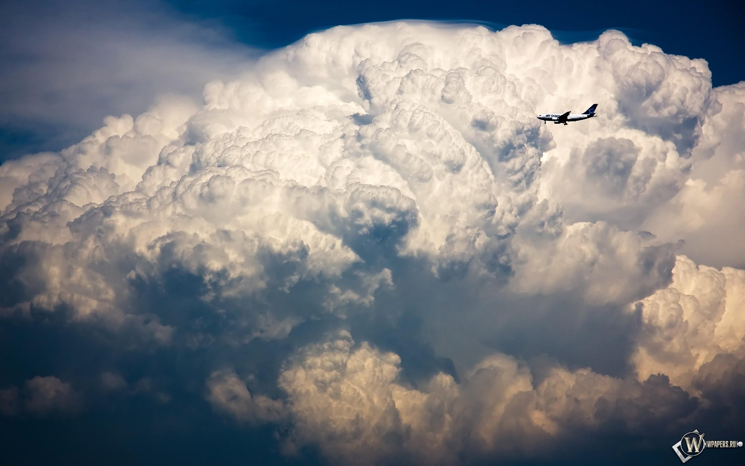 Самолет в облаках 2560x1600