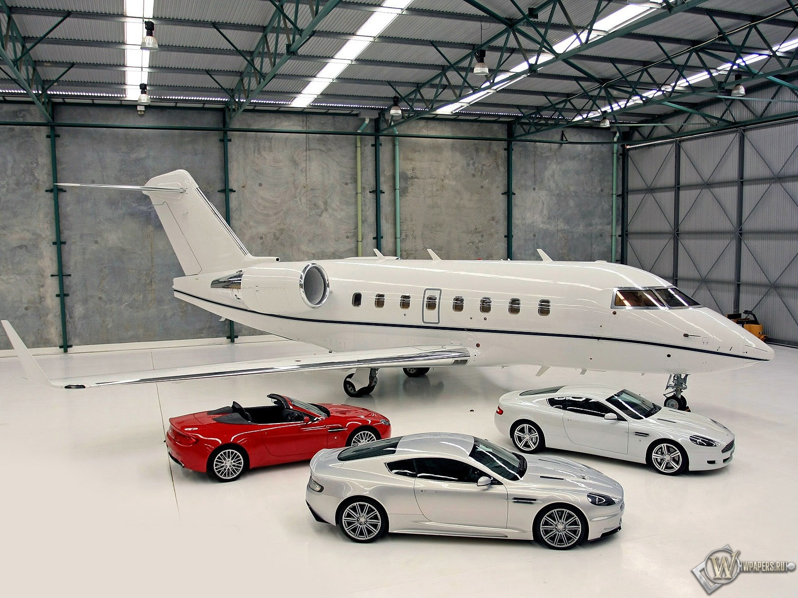 Роскошные Aston Martin на фоне личного самолета 1600x1200