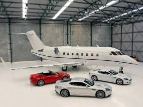 Обои Роскошные Aston Martin на фоне личного самолета: Самолёт, Ангар, Aston Martin, Самолеты