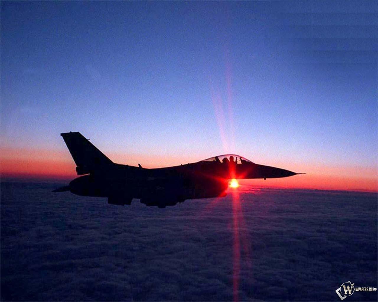 Истребитель над облаками F-16 1280x1024
