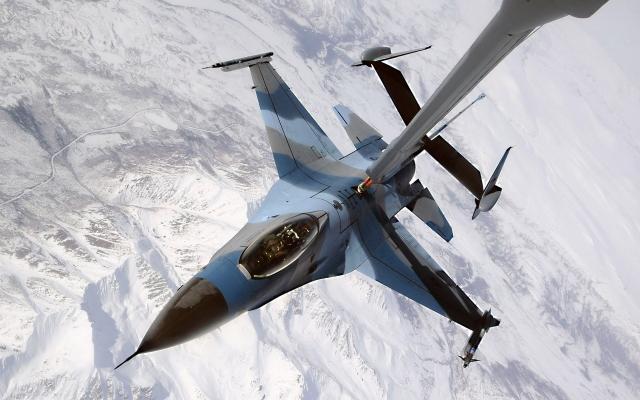 F-16 дозаправка