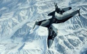 Истребитель над снежными пиками гор