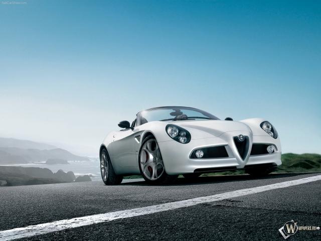 Alfa Romeo 8C Spider на фоне неба