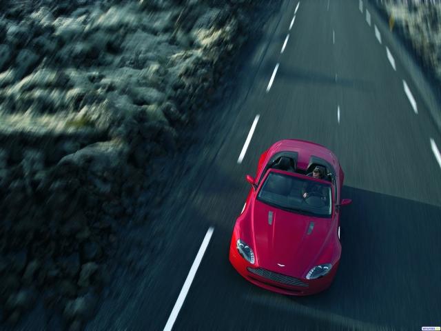 Красный Aston Martin