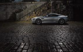 Обои Aston Martin DB9: Астон Мартин, Aston Martin DB9, Булыжная мостовая, Свет фонарей, Aston Martin