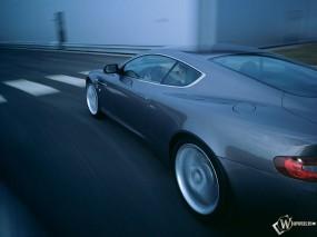 Aston Martin DB9 на скорости вид сбоку