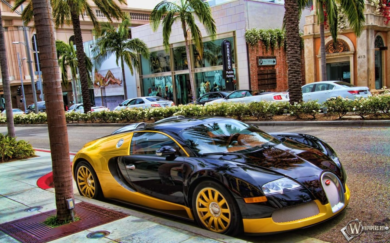 Бугати на парковке 1440x900