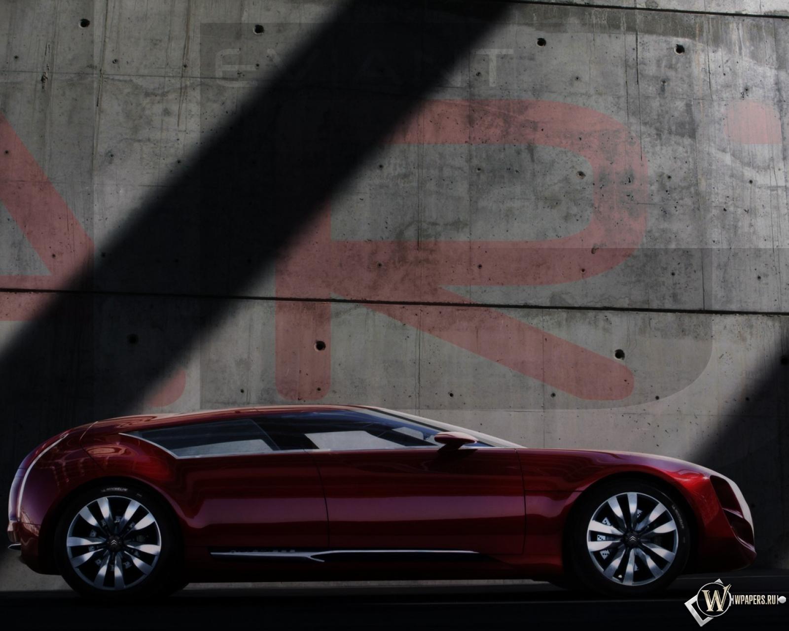 Бордовый авто у стены бесплатно