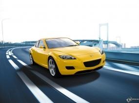 Желтая Mazda RX-8 на трассе