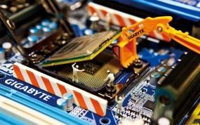 Обои Установка процессора: Экскаватор, Материнская плата, Процессор, Gigabyte, Компьютерные-Фэнтези