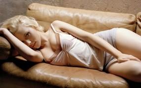 Обои Scarlett Johansson: Взгляд, Блондинка, Диван, Скарлетт Йоханссон, Scarlett Johansson, Девушки