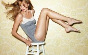 Обои Блондинка: Ножки, Блондинка, Стул, Девушки