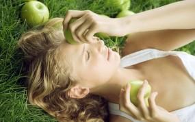 Обои Девушка с яблоками: Девушка, Кудри, Трава, Яблоки, Девушки