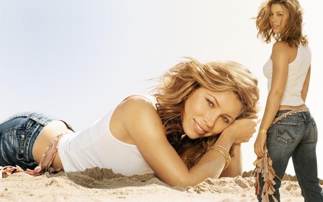Блондинка на песке