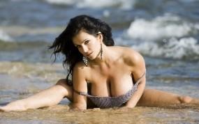 Обои Denise Milani: Грудь, Волны, Вода, Девушка, Denise Milani, Девушки