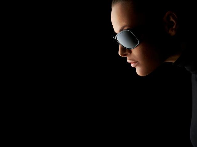 Девушка в чёрных очках