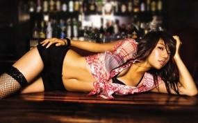 Обои Девушка на барной стойке: Девушка, Азиатка, Стол, Бар, Девушки