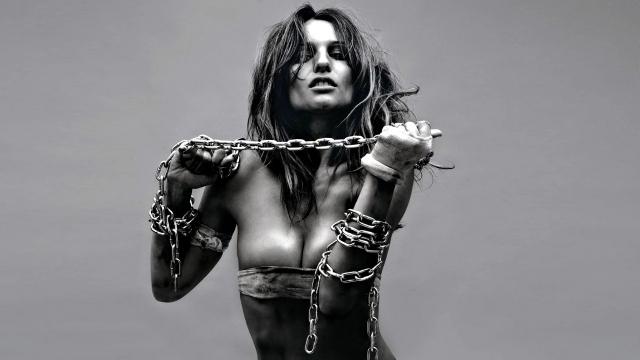 Девушка в цепях