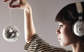 Обои Девушка с зеркальным шаром: Девушка, Наушники, Зеркальный шар, Девушки