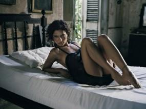 Обои Леонор Варела: Девушка, Взгляд, Актриса, Кровать, Девушки
