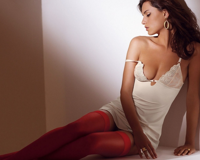 Девушка в красных чулках