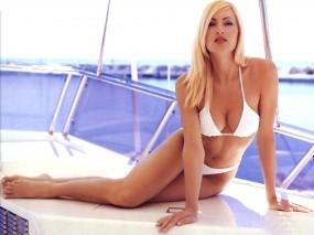 Обои Девушка на яхте: Сексапильная блондинка, Стройные ножки, Яхта, Caprice Bourret, Девушки