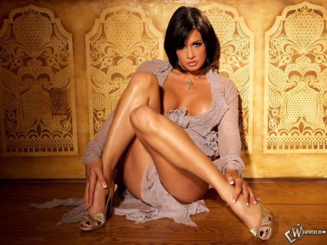 Эротично сидящая девушка (Тори Лейн)