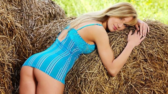 Девушка на сеновале