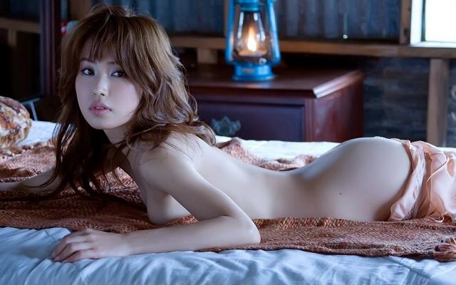 Азиаточка в постели
