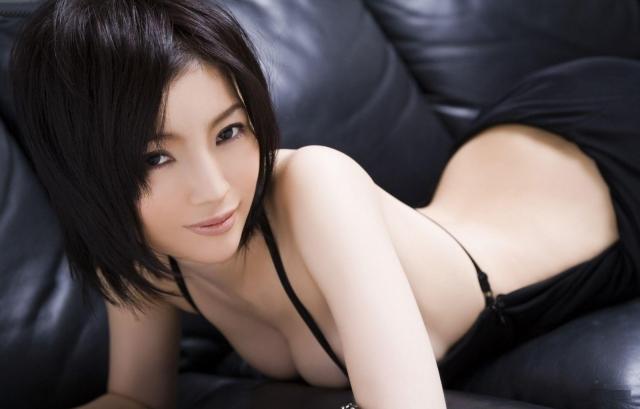 Японка на кожаном диване