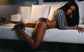 Обои Шоколадка на диване (Robin V Thompson): Диван, Шоколадка, Попа, Robin V. Thompson, Девушки