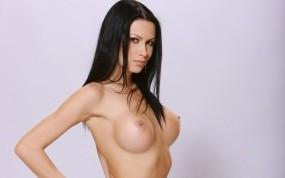 Брюнетка с голой грудью