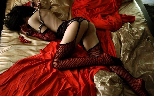 Девушка на красном