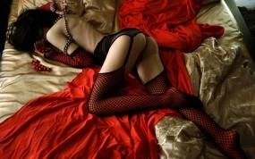 Обои Девушка на красном: Девушка, Кровать, Чулки в сеточку, Сексуальное бельё, Девушки