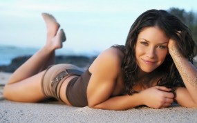 Обои Evangeline Lilly, девушка, актриса, Lost: Песок, Девушка, Evangeline lilly, Лежит, Девушки