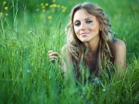 Обои Девушка в траве: Девушка, Трава, Лето, Девушки