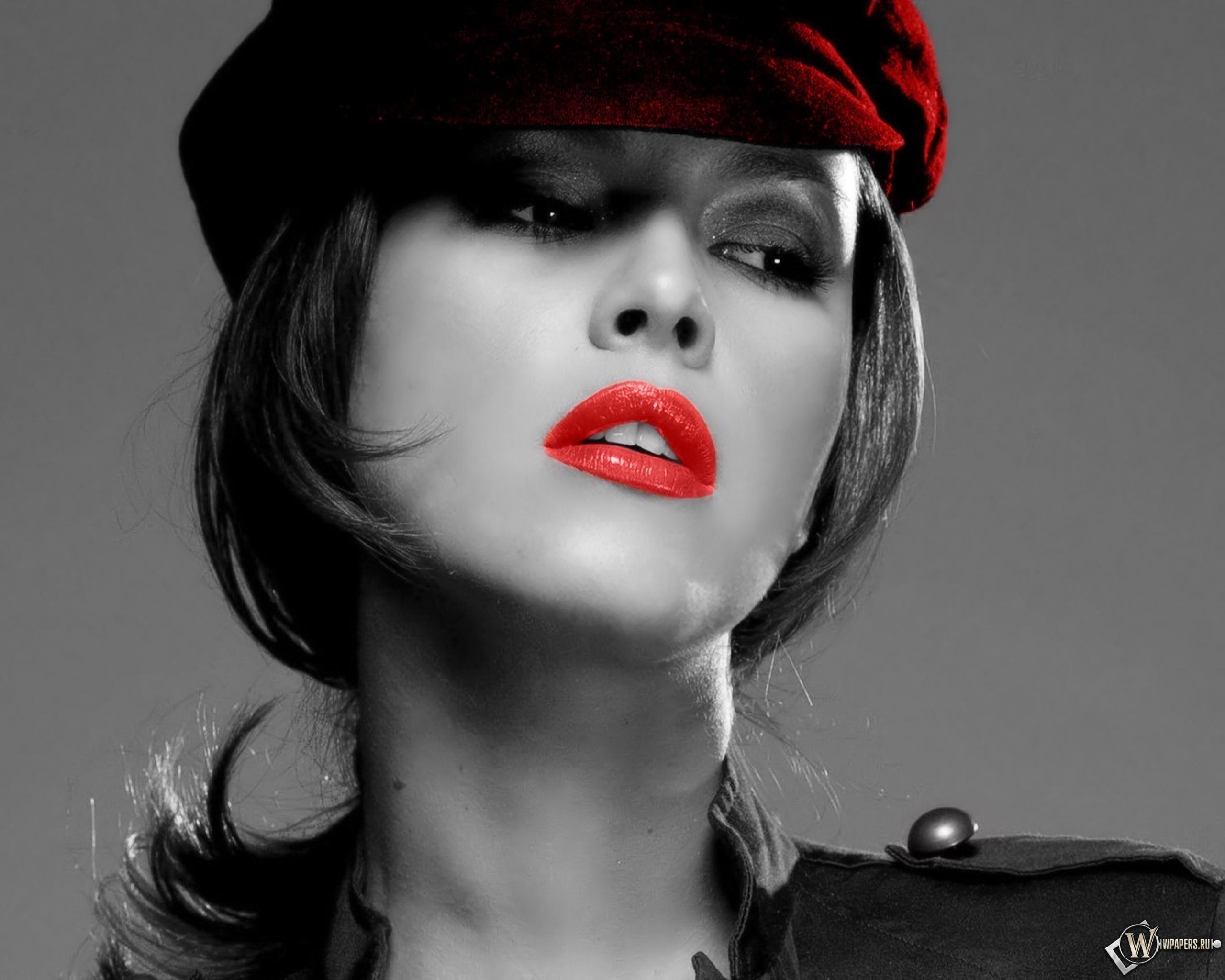 Черно белая картинка с красными губами