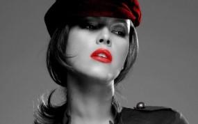 черно белые фото девушек с красным