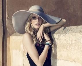 Каролин Винберг в шляпе