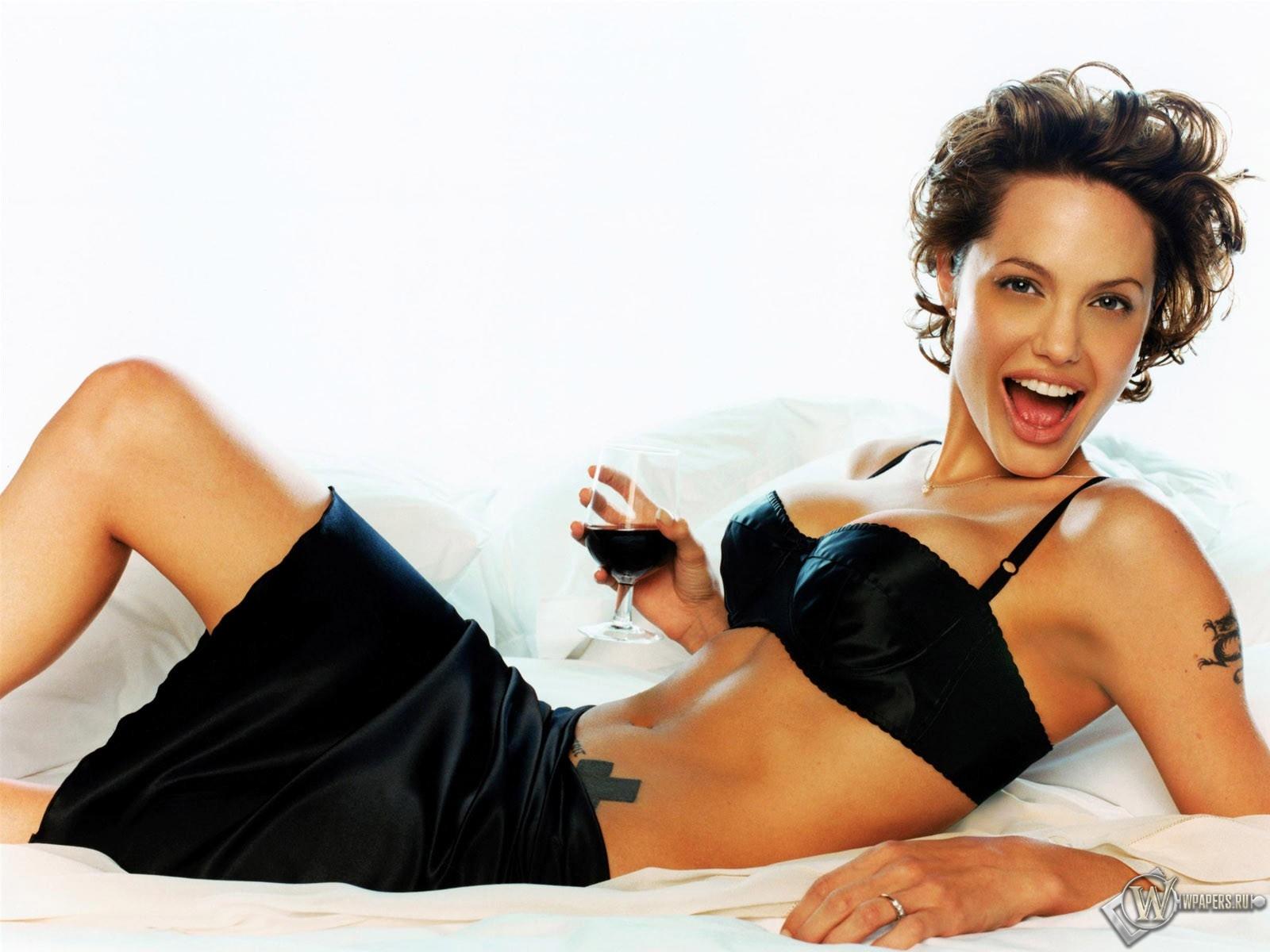 Анджелина Джоли в постели 1600x1200