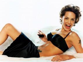 Обои Анджелина Джоли в постели: Улыбка, В постели, Смех, Анджелина Джоли, Angelina Jolie