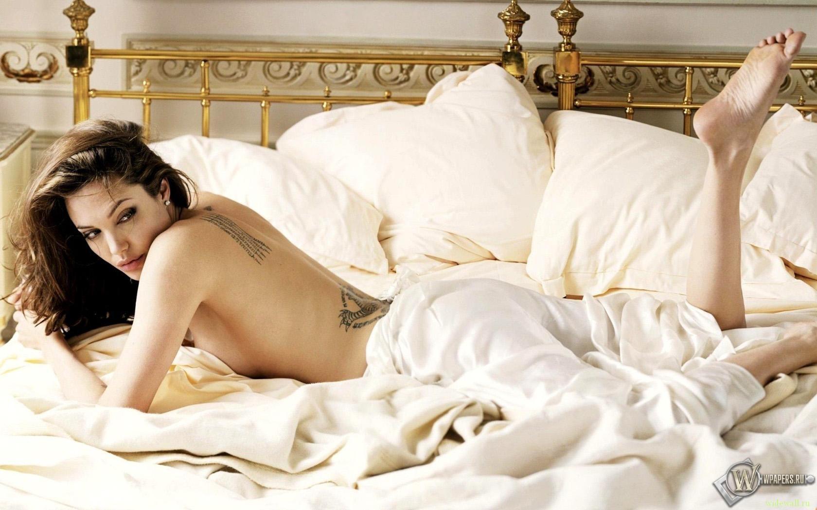 Angelina Jolie в кровати 1680x1050