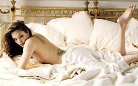 Angelina Jolie в кровати
