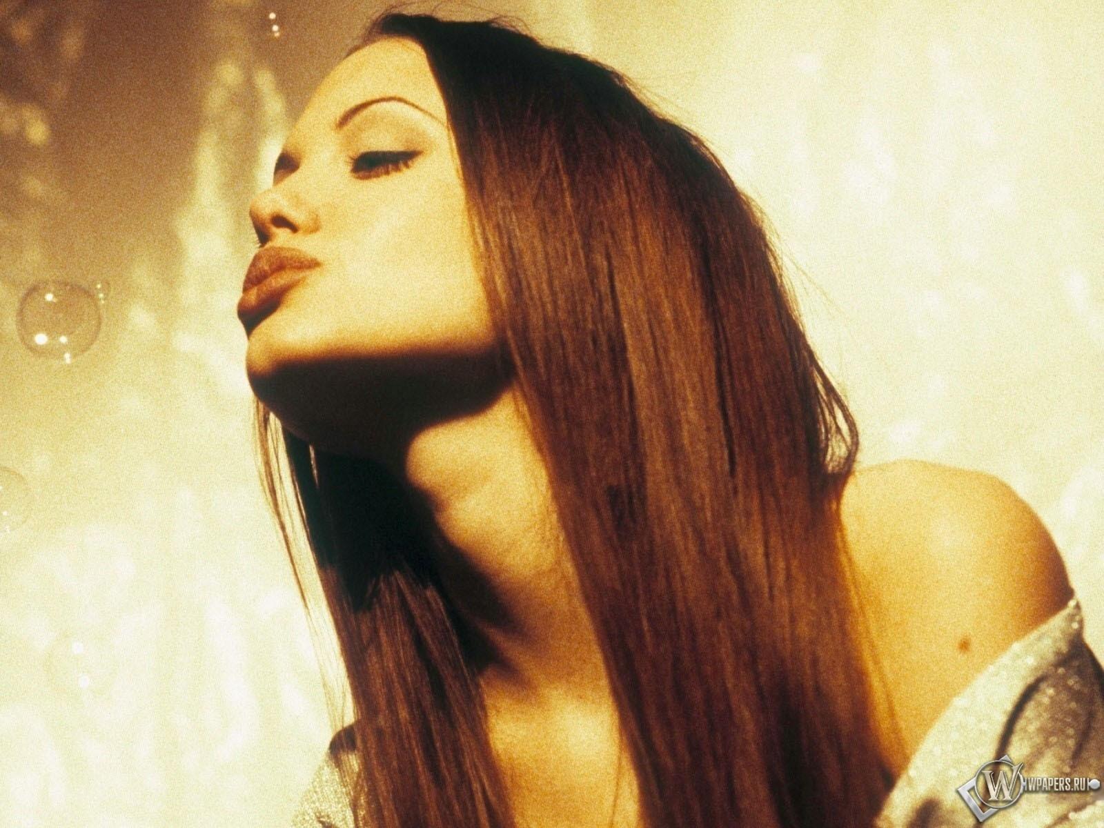 Анджелина Джоли и пузырьки 1600x1200