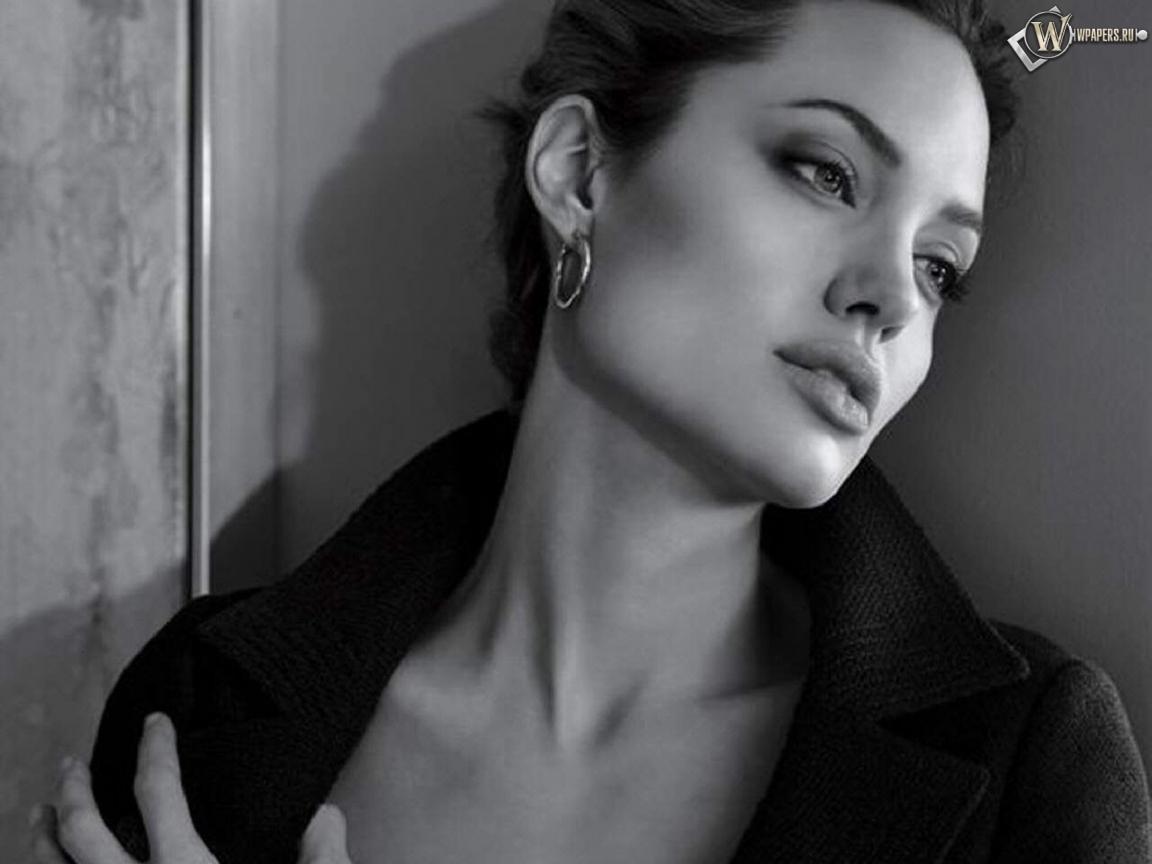 Анджелла Джоли у стены 1152x864