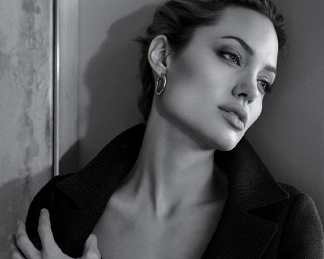 Анджелла Джоли у стены